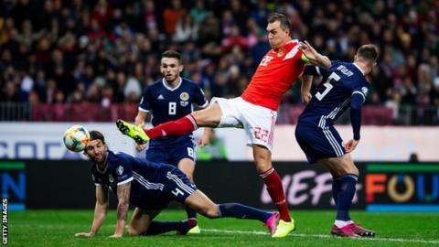 Artem Dzyuba scores for Russia
