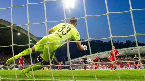 Rooney's penalty was saved by Handanovic
