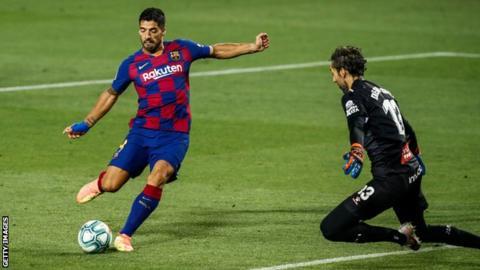 Luis Suarez scores for Barcelona against Espanyol