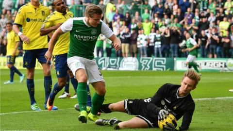 Jason Cummings in action for Hibernian against Brondby