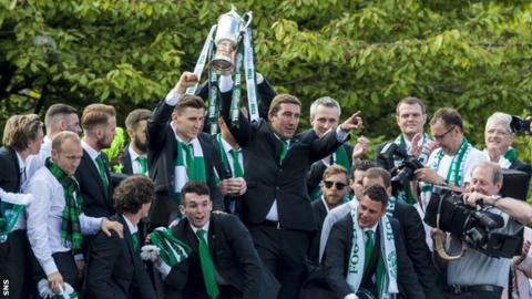 Alan Stubbs and his Hibernian players with the Scottish Cup