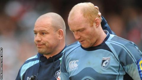 Martyn Williams (left) is consoled by Leicester coach Richard Cockerill after his missed kick