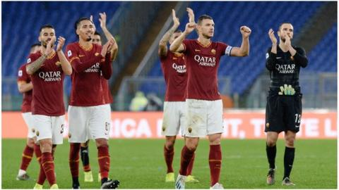 Roma players applaud fans