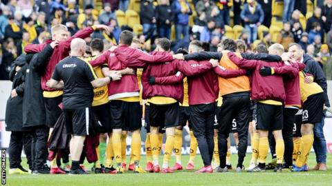Dresden players in a huddle