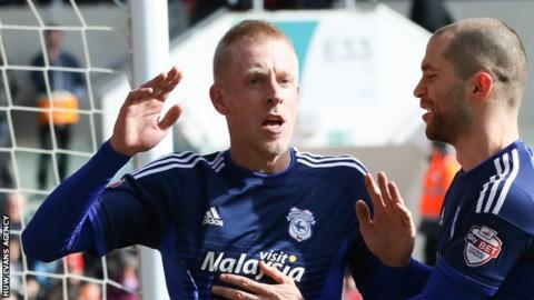 Lex Immers celebrates his goal with Matthew Connolly