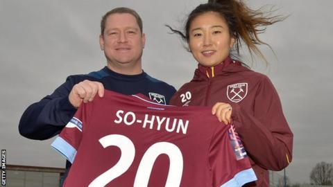 Cho So-hyun (right) with West Ham head coach Matt Beard