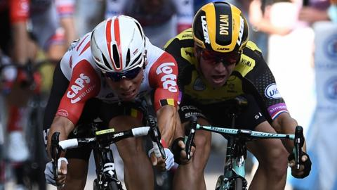 Caleb Ewan (left) and Dylan Groenewegen (right) jostle for position in a bunch sprint finish
