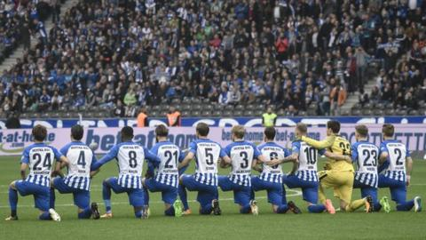 Hertha Berlin players protest ahead of Saturday's home game with Schalke