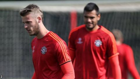 David De Gea (left) and Sergio Romero (right)