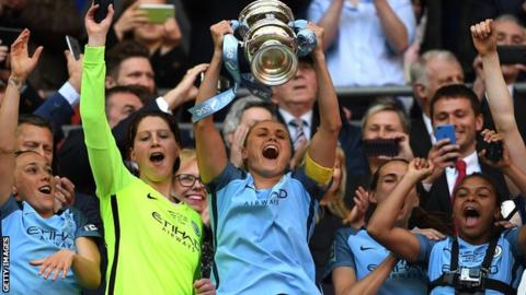 Manchester City celebrate winning the Women's FA Cup in 2017