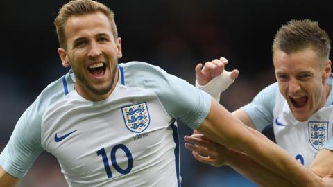 Harry Kane celebrates with Jamie Vardy