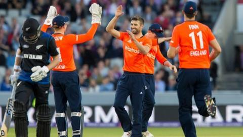 Mark Wood celebrates a wicket with Jonny Bairstow, Steven Finn and Eoin Morgan