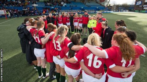 Wales women in a huddle following the Six Nations defeat to France in February 2020