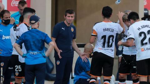 Albert Celades talking to Valencia's players