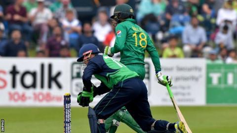 Niall O'Brien narrowly fails to run out Pakistan's Shoaib Malik