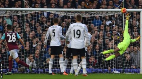 Manuel Lanzini puts West Ham 1-0 ahead