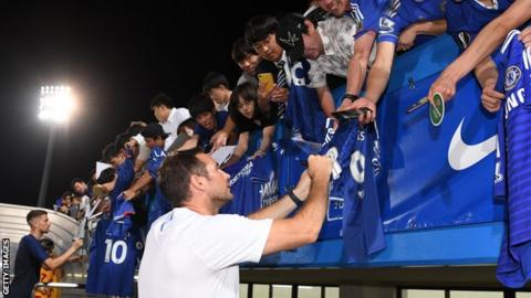 Frank Lampard signs autographs in Japan