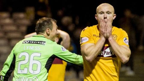 Curtis Main misses a chance for Motherwell