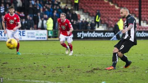 Kallum Higginbotham scores for Dunfermline
