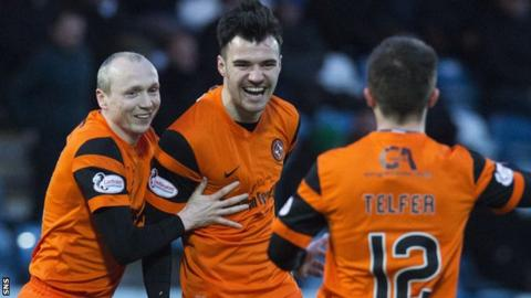 Dundee United's Scott Fraser (centre)