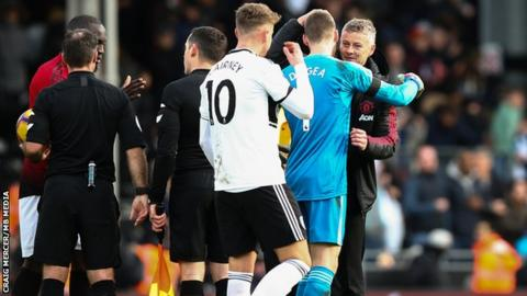 Solskjaer congratulates goalkeeper David de Gea after victory at Fulham