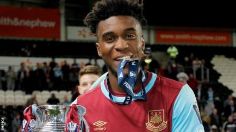 Moses Makasi celebrates with the Premier League U21 Cup in 2016