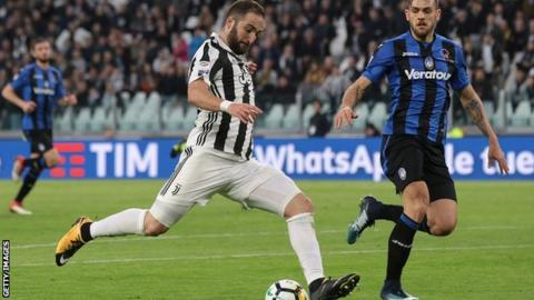 Juventus open up four-point lead with win over 10-man Atalanta