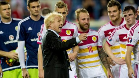 Gordon Strachan speaks to his Scotland players