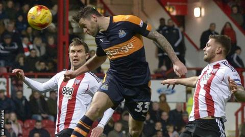 Daryl Murphy scores for Newcastle at Brentford