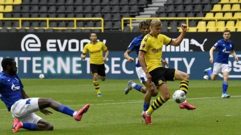 Borussia Dortmund's Erling Haaland (centre right) scores the opening goal during the match against and Schalke 04. Photo: 16 May 2020