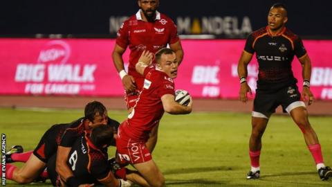 Ioan Nicholas breaks through the Southern Kings defence