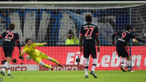 Robert Lewandowski scores from the penalty spot for Bayern Munich against Hamburg