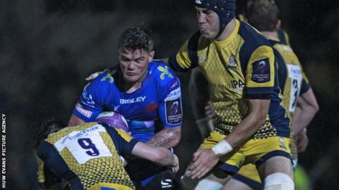 Dragons' Tavis Knoyle in action against Worcester