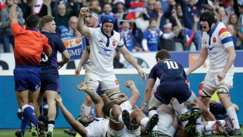 France celebrate a late try