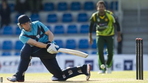 Richie Berrington playing for Scotland against Pakistan in 2013