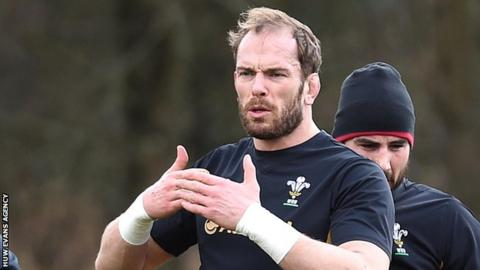 Alun Wyn Jones makes a point during Wales training