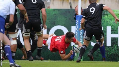 Taine Basham scores in corner for Wales u20