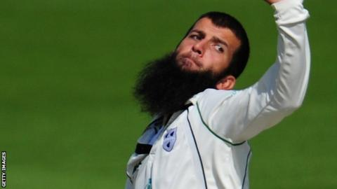 Moeen Ali bowls for Worcestershire