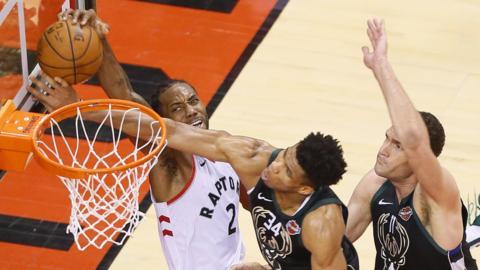 Toronto Raptors' Kawhi Leonard scores against the Milwaukee Bucks