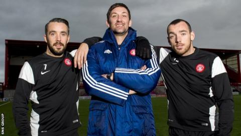 Dougie Imrie (left) and Darian MacKinnon pose with manager Martin Canning
