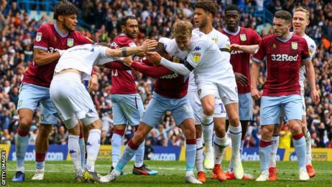 Aston Villa v Leeds eindigde 1-1 na een aantal vreemde scènes.