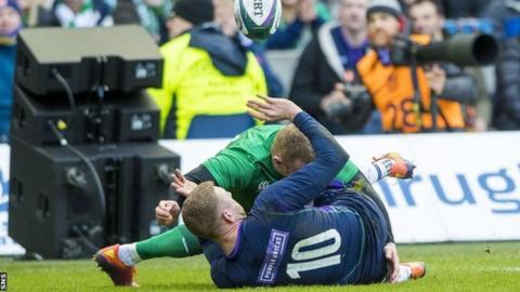 Finn Russell passes to Sam Johnson as Scotland score a try against Ireland