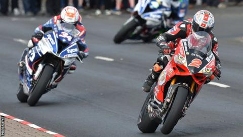 Glenn Irwin edged out Alastair Seeley in a thrilling second Superbike race in 2017