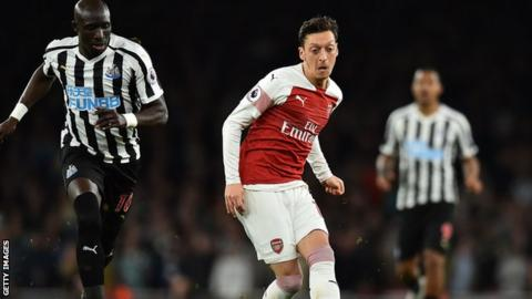 Arsenal midfielder Mesut Ozil (centre)