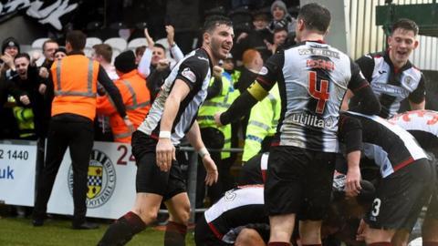 St Mirren celebrate v Livingston