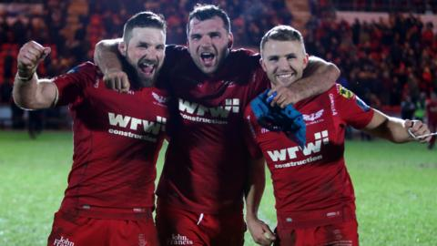 John Barclay, Tadhg Beirne and Tom Prydie of Scarlets celebrate