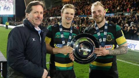 Mark McCafferty presents the A league final trophy to Northampton Saints