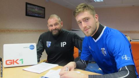 Tomas Holy signs contract at Gillingham
