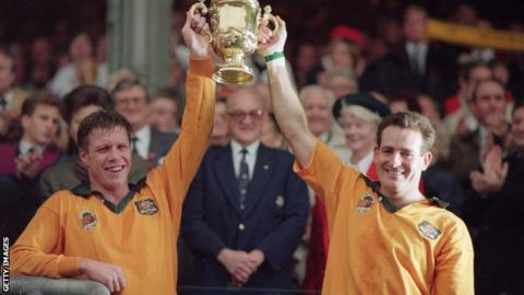 David Campese (R) lifts the Webb Ellis Cup with Australia scrum-half Nick Farr-Jones in 1991