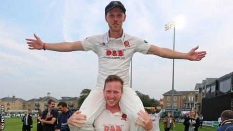 Simon Harmer gives Jamie Porter a lift